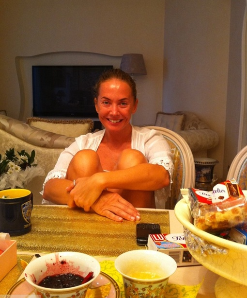 Подружка забежала к Лере на чай и попала под прицел объектива... Фото: Твиттер кудрявцевой