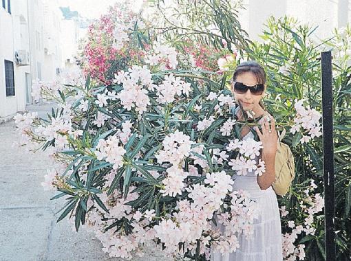 Ярослава с ядовитым цветком олеандра, которым древние турчанки угрожали неверным мужьям. Сегодня его заменяет контрафактный виски…