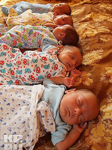Крохи Калоевы посапывают на родительской кровати. Фото Татьяны Казанцевой.