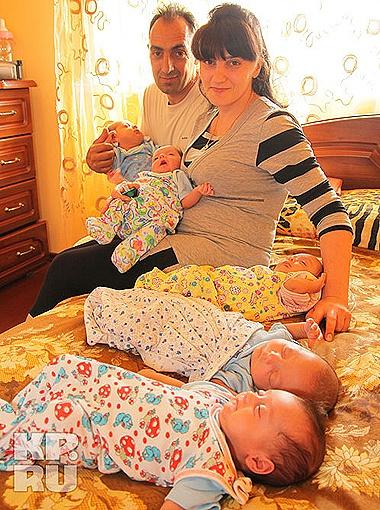 Анна и Вакил со своими детишками. Фото Татьяны Казанцевой.
