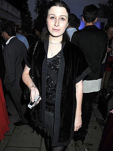 Правда, новый оттенок ей не слишком к лицу: тёмный цвет волос подчеркивает бледность кожи девушки. Фото thisislondon.co.uk.