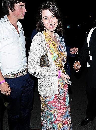 Анна Абрамович на вечеринке в конце июля. Сарафан с модным восточным принтом и светлая ажурная кофточка: уже лучше! Фото All Over Press.