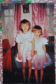 Обеих девочек родители решили одновременно отдать в 1-й класс. Фото Константина БУНОВСКОГО.