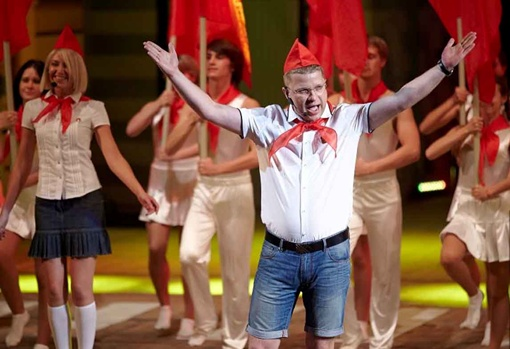 Владимир Котковский своим явлением в пионерском галстуке сразил и жюри, и публику. Фото с официального сайта Харьковского горсовета.