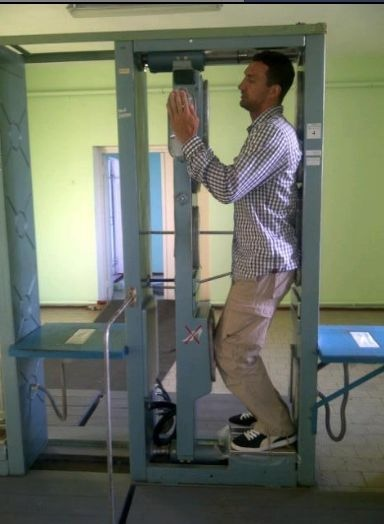 Кличко в аппарате проверяющем на радиацию. Фото со страницы Кличко в facebook.