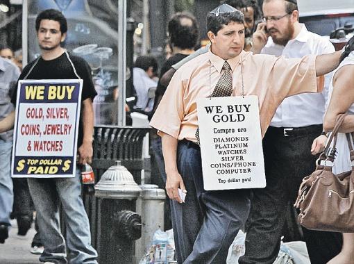 В Америке вовсю меняют зеленые бумажки на золото и другие ценности.
