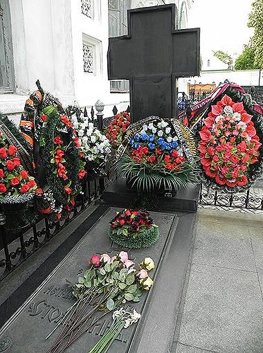 На могиле Столыпина в Киево-Печерской лавре всегда цветы. Фото Андрея ХРУСТАЛЕВА.