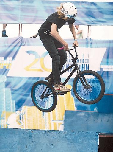 Зрелищные трюки в исполнении BMX-велосипедистов встречали аплодисментами и криками