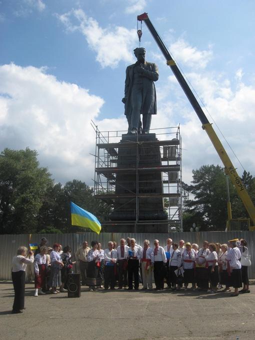 Собрание под Кобзарем было малочисленным. Фото авторов и Павла ДАЦКОВСКОГО.