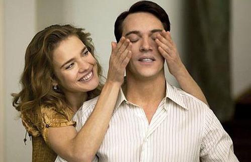 Модель и Джонатан Рис-Мейерс по сюжету фильма - любовники. Фото: fashionologie.com