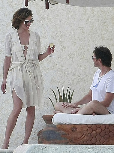 Пока Пол сидел на диванчике со своим ноутбуком, Мила попивала белое вино. Фото Splash/All Over Press.