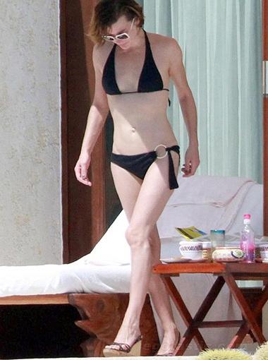Сначала актриса дефилировала у бассейна... Фото Splash/All Over Press.