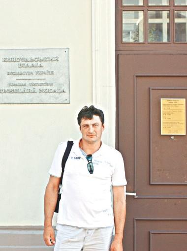 Вячеслав возле украинского консульства.