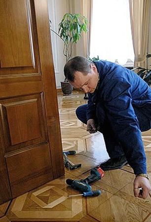 За летние каникулы в парламенте заменят поломанную мебель, сожженный ковролин и побелят потолки.