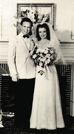 16-летняя Мэрилин выходит замуж за Джеймса Доэрти.