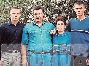 Вся семья Януковичей в сборе: сыновья Александр (слева) и Виктор (справа) с родителями.