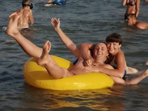 11 ноября, Гурзуф, на пляжах немало желающих искупаться в 16-градусной морской водичке.<br />