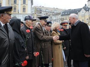 Николай Азаров лично поздравил киевских ветеранов и поблагодарил за их подвиг. Фото: УНИАН.