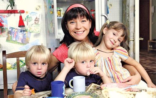 В сериале Вера Воронина - мама троих малышей.