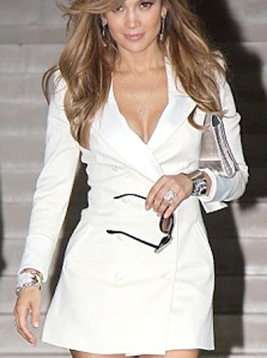 Обычно блейзер такого покроя носят с узкими джинсами или с чёрными леггинсами. Фото Daily Mail.