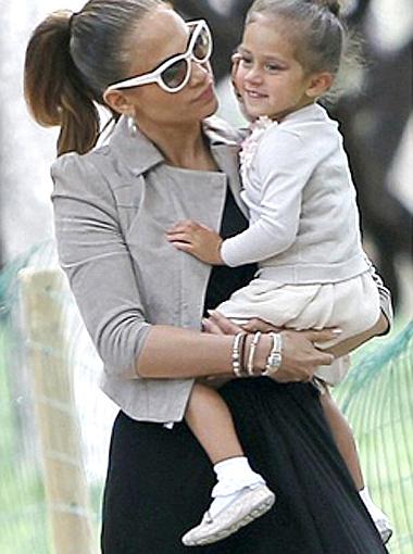Для прогулки с дочкой певица выбрала более практичный наряд. Фото Daily Mail.