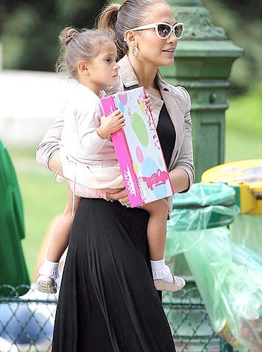 Малышка Эмма как две капли воды похожа на супруга Дженнифер Марка Энтони. Фото Daily Mail.