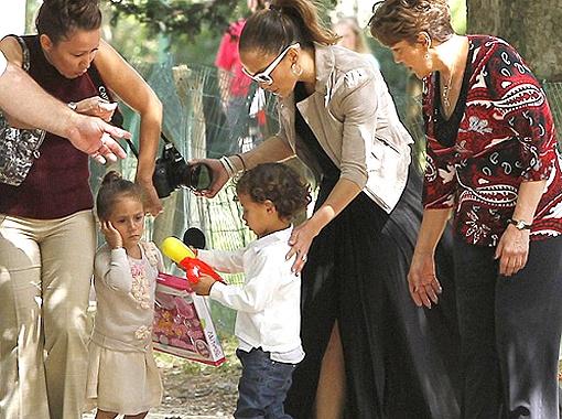 Позже к Дженнифер и Эмме присоединился и маленький Макс. Фото Daily Mail.