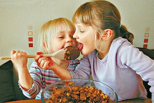 Если уж вы решились пичкать ребенка сухими завтраками, то выбирайте такие, в которых преобладают медленные углеводы.