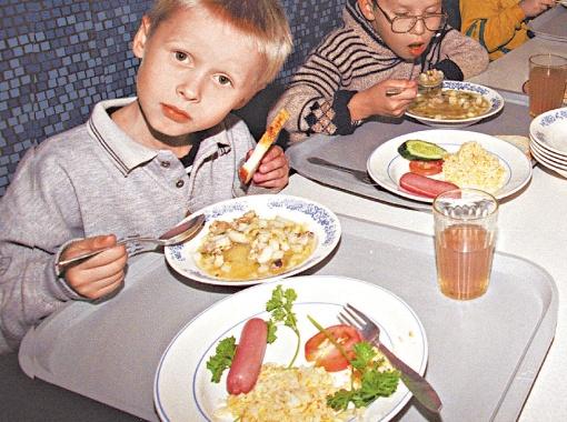 Детям можно есть вареную колбасу, только не часто.