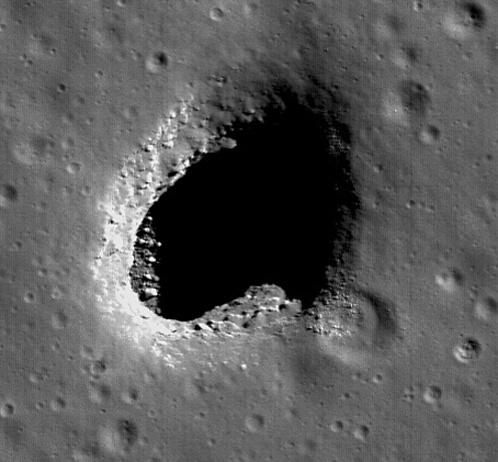 Дырка в Луне, странным образом расположенная на холме, вершина которого словно бы срезана.