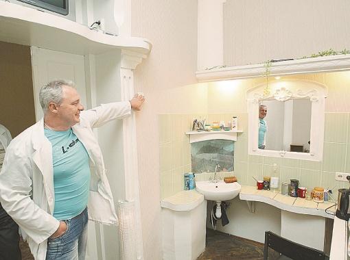 Игорь Дубинин, заведующий отделением реабилитации больницы, показывает, как современно и стильно они оборудовали обычный рукомойник.