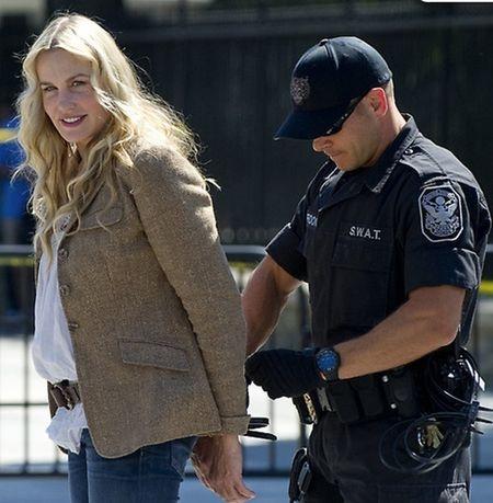 Актриса сидела у дороги неподалеку от Белого дома и категорически отказывалась покинуть территорию. Фото: dailycaller.com