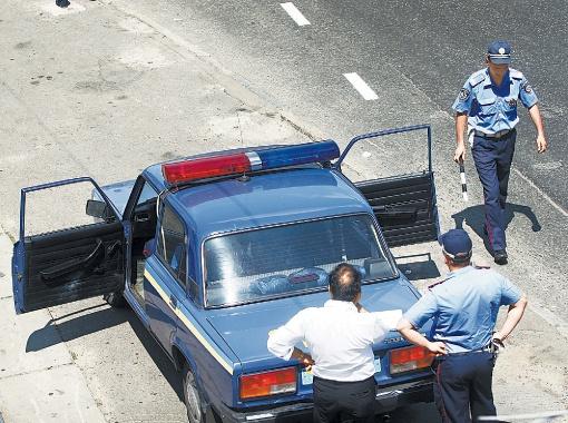 Сейчас, чтобы выписать протокол, инспектор обязан остановить водителя. С нового года это будет не обязательно.
