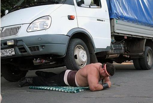 Демонстрируя свою силу, он поднимал девушек и машины. Фото с сайта mnenie.dp.ua