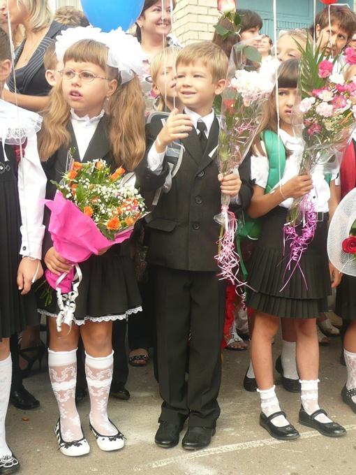 Малыши с букетами. Фото: Влад Беспалов.