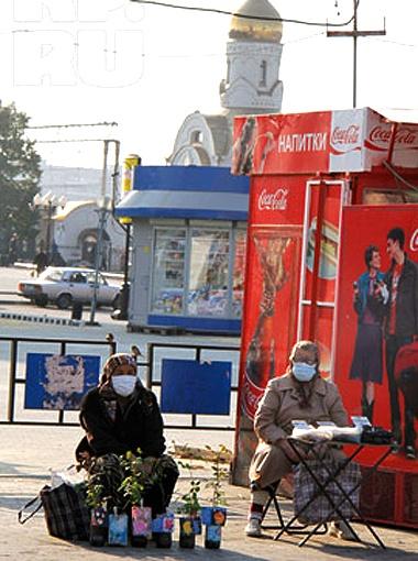 Люди не жалеют 3 рубля на респираторные повязки. Фото Валерия Звонарева.