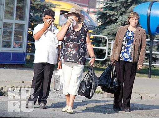 Кому не хватило масок, прикрывались платками. Фото Валерия Звонарева.