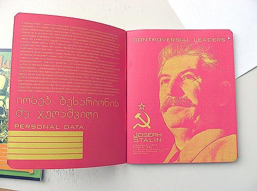 Изображение генералиссимуса продается в Харькове за 8 грн. Помимо портрета Сталина, в тетради есть и его краткая биография. К слову, в серии еще несколько культовых исторических личностей - Фидель Кастро, Че Гевара, Ленин и Мао.