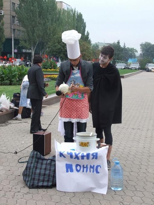 Студенты приготовили импровизированный борщ из популистских обещаний министра науки. Фото: 62.