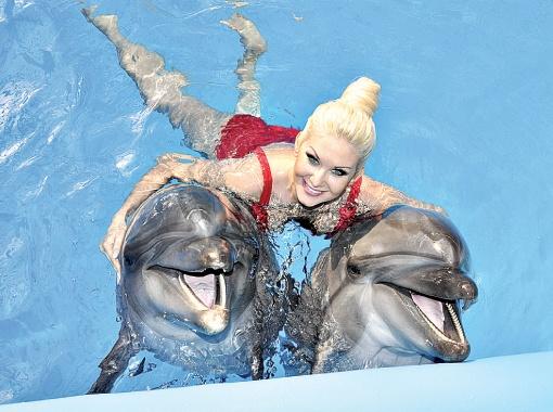 Катя Бужинская: - Когда я рядом с дельфинами, не могу удержаться - все время улыбаюсь.