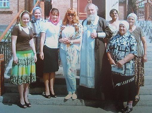 Маша Распутина вместе с отцом Иоанном Морозом и работниками церкви, 23 июля, Терновка.