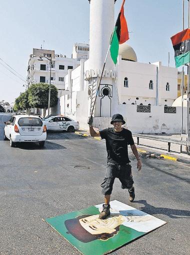 Режим Каддафи пал. А нам что с того?