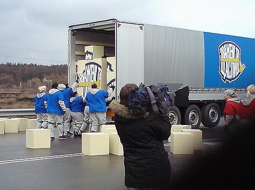 Сегодня участникам придется тащить 15-тонные фуры.
