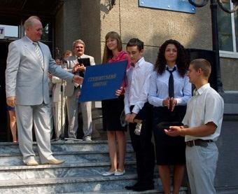 Первокурсникам вручили символический ключ к знаниям и огромный студенческий билет