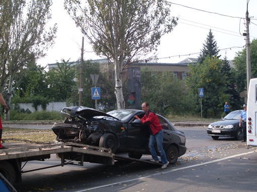 С помощью эвакуатора машины увозят с места ДТП. Фото: КП.