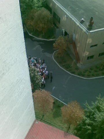 Возле административного здания на территории предприятия собралось около двухсот человек. Фото: 62.