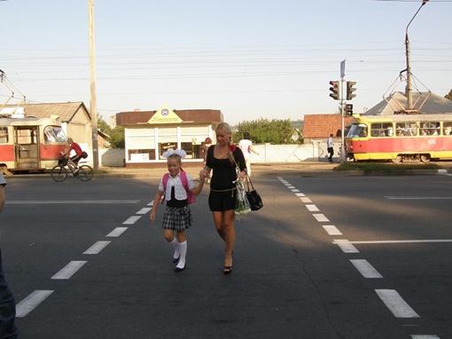 Третьеклассницу Милену Осмачко мама через дорогу перевела за руку, хотя правила дорожного движения девочка знает на