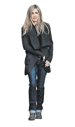 …Дженнифер Энистон - универсальный наряд для городских прогулок.