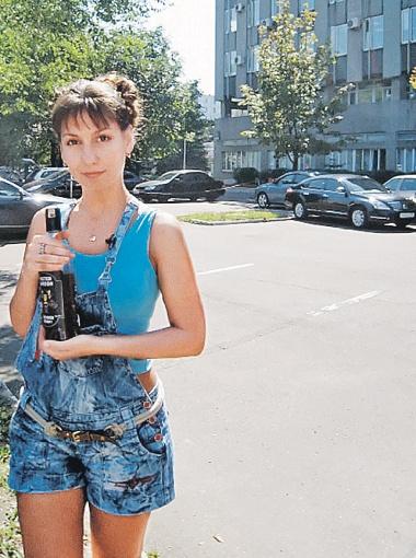 Наш корреспондент с той самой бутылкой турецкого виски, который она вывела на чистую воду.