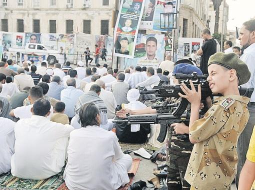 У ливийских мальчишек сейчас главная игра, само собой, в войну! Тем более что 1 сентября у них отодвигается на две недели. А если Каддафи протянет дольше, школы откроют еще позже...